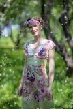 少妇在春天庭院里 免版税库存照片