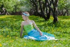 少妇在春天草甸 库存图片