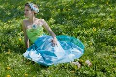 少妇在春天草甸 免版税图库摄影