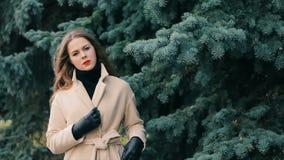少妇在有杉木慢动作的冬天公园 股票视频