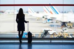 少妇在机场 免版税库存图片