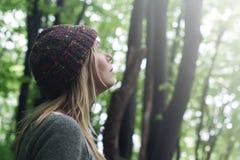少妇在查寻绿色的森林 免版税库存照片