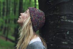少妇在查寻绿色的森林 库存图片