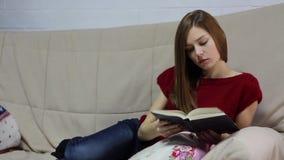 少妇在沙发和阅读书说谎 股票视频
