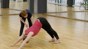 少妇在现代演播室实践与老师的瑜伽 股票视频