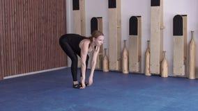 少妇在现代演播室实践古典瑜伽户内 影视素材