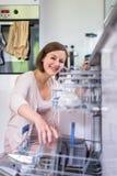 少妇在现代厨房里 免版税图库摄影