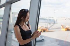 少妇在电话的文字sms,当等待时 免版税库存图片