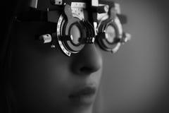 少妇在眼睛检查期间 免版税图库摄影