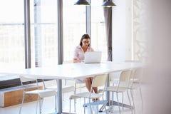 少妇在空的会议室 免版税库存图片