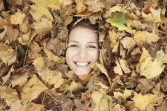 少妇在美丽的秋天公园,概念 免版税库存图片