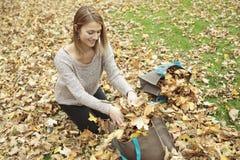 少妇在美丽的秋天公园,概念 免版税库存照片