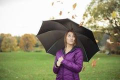 少妇在美丽的秋天公园,概念 免版税图库摄影