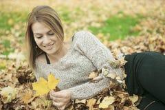 少妇在美丽的秋天公园 免版税库存图片