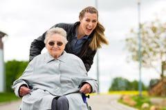 拜访她的祖母的妇女 免版税库存图片
