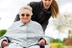 拜访她的祖母的妇女 库存图片