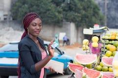 少妇在街道水果市场上 免版税库存照片