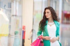 少妇在购物中心 免版税库存图片