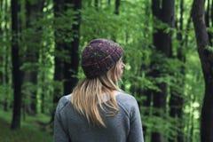 少妇在绿色森林 免版税库存图片