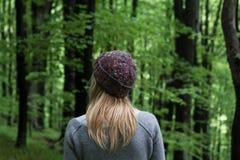 少妇在绿色森林 免版税库存照片