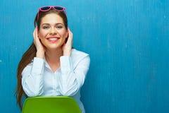 少妇坐一把绿色椅子 免版税图库摄影
