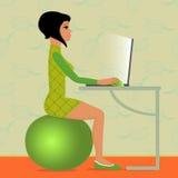 少妇坐健身球 免版税图库摄影