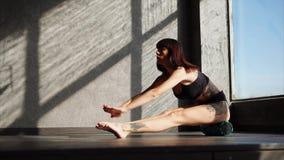少妇坐在健身房的健身圆筒并且做着锻炼 影视素材