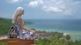 1 3 少妇坐在美好的海海湾风景观点  影视素材