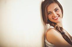 少妇坐地板在墙壁附近 15个妇女年轻人 免版税库存图片