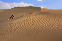少妇坐沙丘,塔尔沙漠, Jaisalmer,印度 库存照片