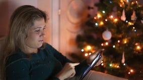 少妇坐长沙发,单独,在圣诞节 股票录像