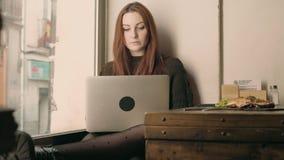少妇学生遥远地工作在咖啡馆 股票录像