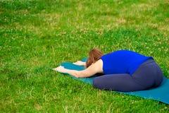 少妇实践的先进的瑜伽健身锻炼07 库存图片