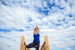 少妇实践的先进的瑜伽健身锻炼04 免版税库存图片