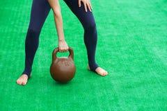 少妇实践的先进的瑜伽健身锻炼36 库存照片