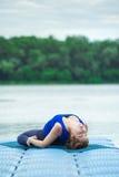 少妇实践的先进的瑜伽健身锻炼32 免版税库存照片