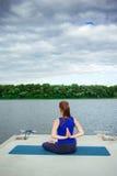 少妇实践的先进的瑜伽健身锻炼35 免版税库存照片
