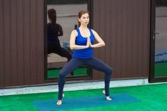 少妇实践的先进的瑜伽健身锻炼24 图库摄影