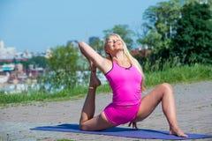 少妇实践的瑜伽本质上 免版税图库摄影