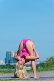 少妇实践的瑜伽本质上 免版税库存照片