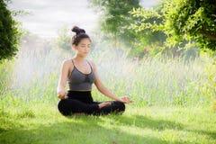 少妇实践的瑜伽每天瑜伽在集中帮助 图库摄影