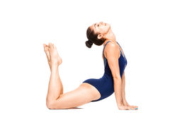 少妇实践的瑜伽,舒展在眼镜蛇位置 免版税库存图片