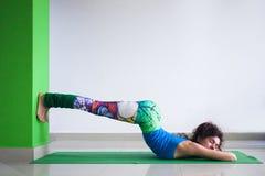 少妇室内实践瑜伽 图库摄影