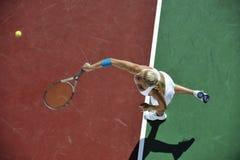少妇室外作用的网球 免版税库存图片