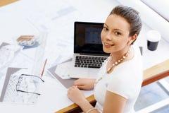 少妇建筑师在办公室 免版税库存照片