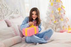 少妇开头圣诞节礼物 免版税图库摄影