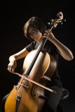 少妇弹大提琴 免版税库存图片
