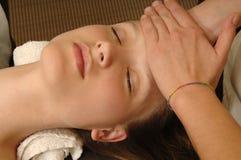 少妇得到在温泉沙龙的皮肤治疗 免版税库存图片
