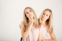 少妇想法的想法 姐妹最好的朋友孪生 滑稽的凉快的模型 库存照片