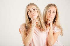 少妇想法的想法 姐妹最好的朋友孪生 滑稽的凉快的模型 免版税库存图片